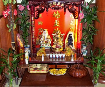 Chinese altar for the spirits.  http://www.philstar.com/arts-and-culture/2014/08/01/1352713/dont-get-married-its-chinese-hungry-ghost-month